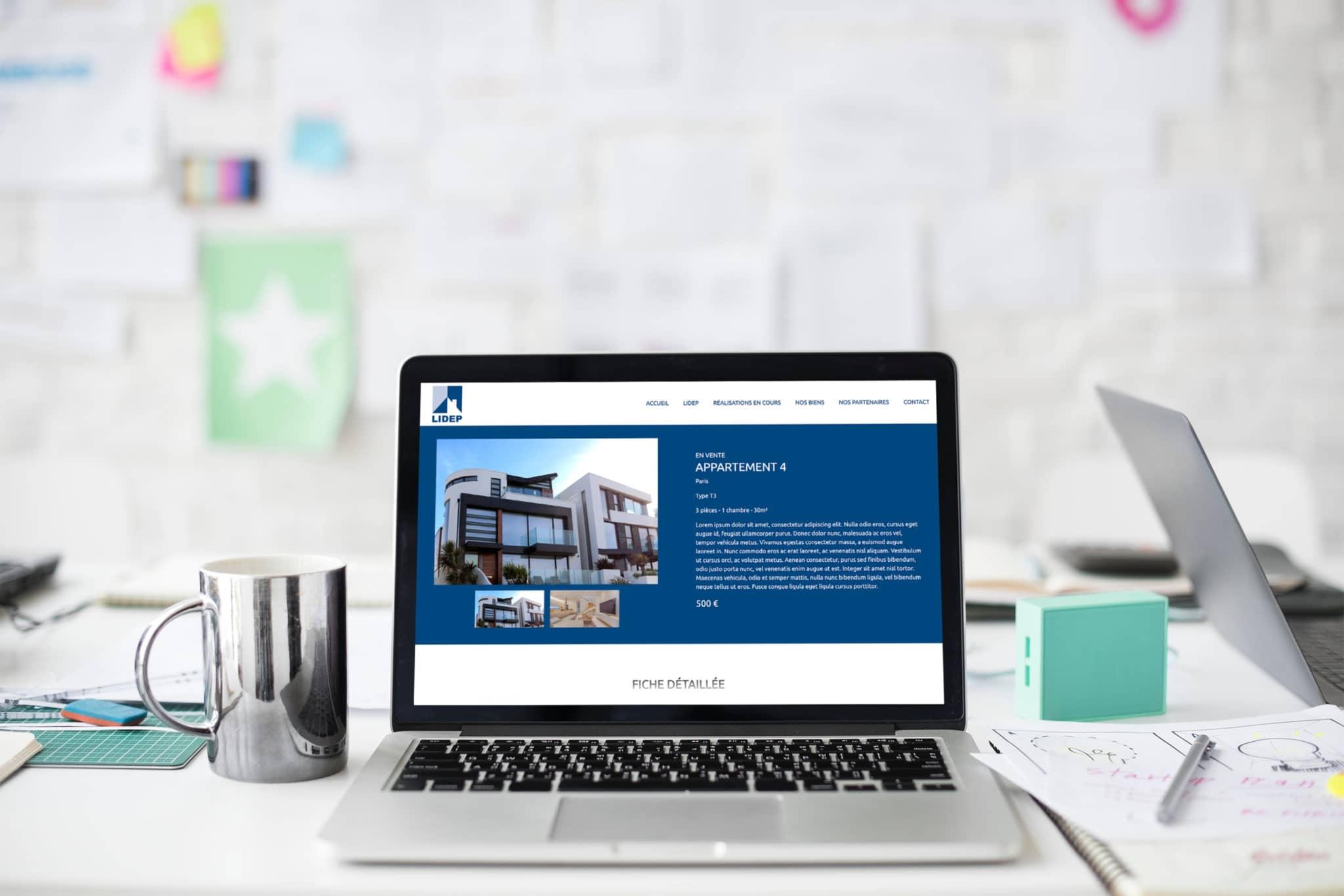 Mise en situation d'une fiche de présentation d'un bien immobilier dans un écran d'ordinateur